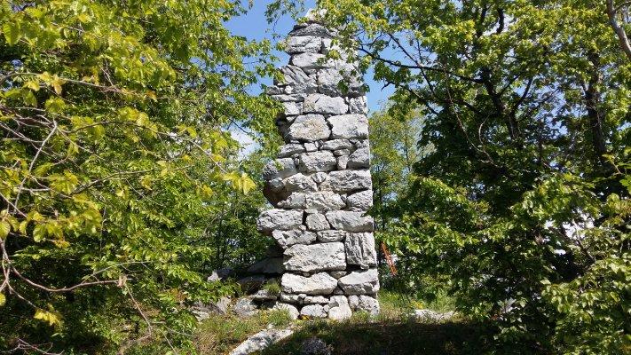 29 TG Ruinele fostului turn de veghe de pe granita Tarii Romanesti cu Imperiul Austro Ungar.jpg
