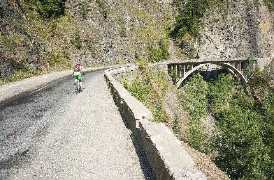 3MB Urcand-cu-bicicleta-pe-Transfagarasan-spre-barajul-Vidraru-41