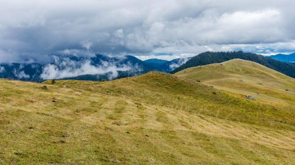 19mn img 44ba masivul ceahlau in nori vazut de sub vf